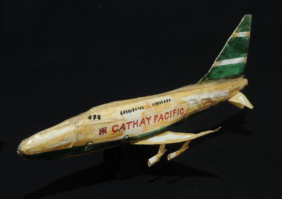(写真について)「キャセイ・パシフィック航空」/169×401×238mm/紙、ボールペン、油性マーカー、セロハンテープ、針金/1998~2000年頃/日本財団所蔵