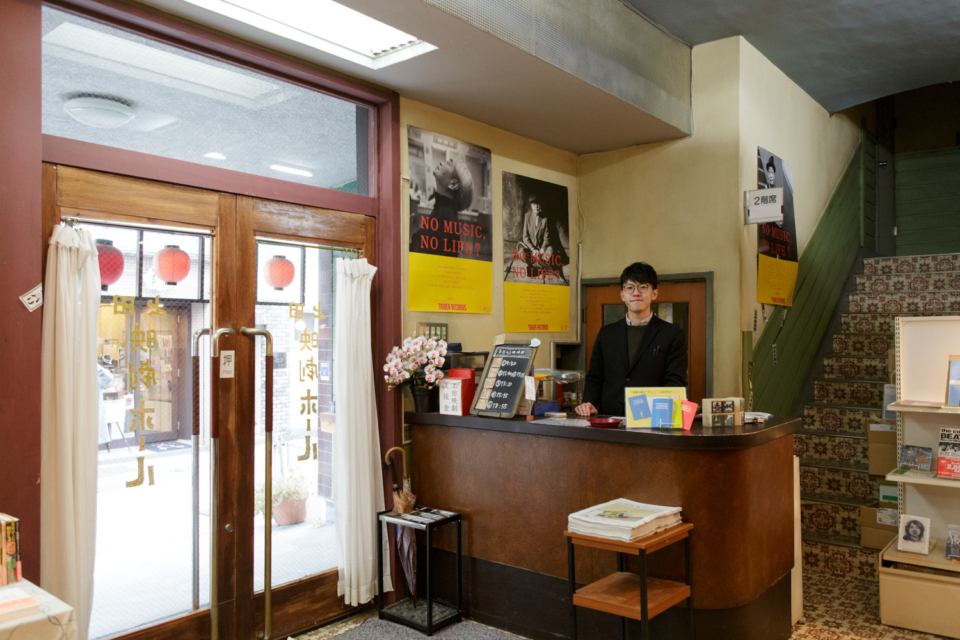 (写真について)地元の映画館「上田映劇」でもメンバーが作ったグッズを販売。「上田の街はコンパクトなぶんカルチャーのつながりも濃い」と支配人の長岡俊平さん。