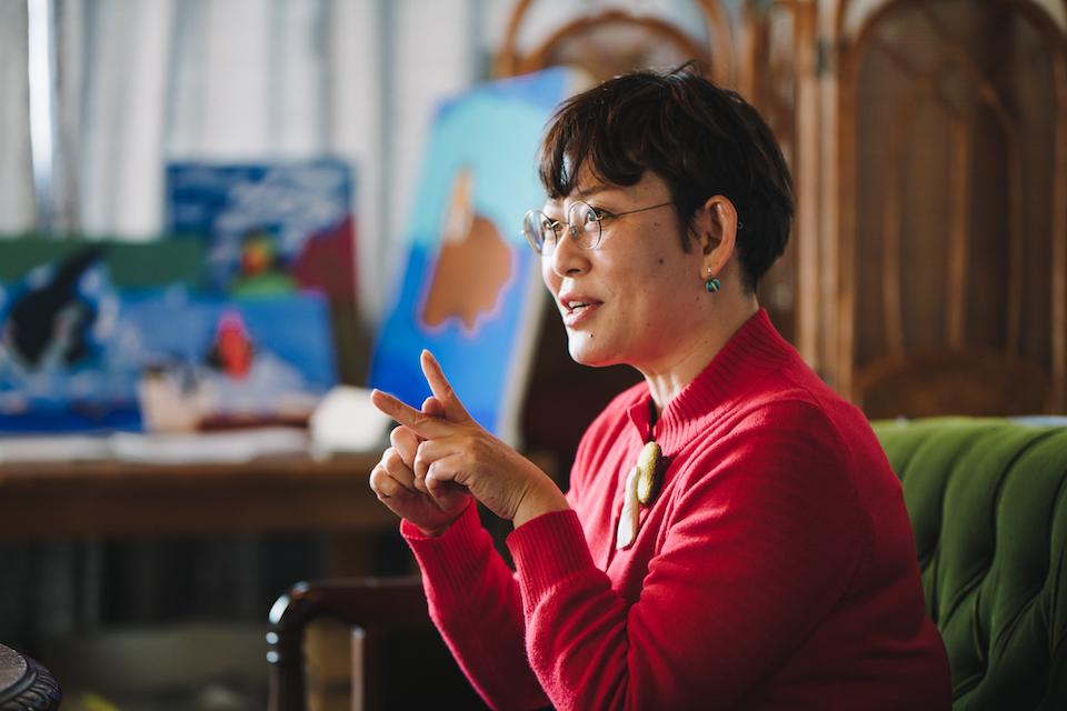 (写真について)福岡県生まれ、大分県大分市在住の安部雅枝さん。大分県自閉症協会の部会長として、自閉症の子どもたちの教育・環境作りへも力を注いだ経験を持つ。