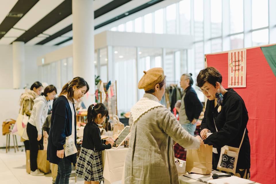 (写真について)この日、5回目の開催となったマルシェ<ツナグ>に参加した団体は、<リトルアトリエスイッチ>、一般社団法人椿、親子パン教室mir、バッグ作家Sweet Rin、平凡商店の5団体。