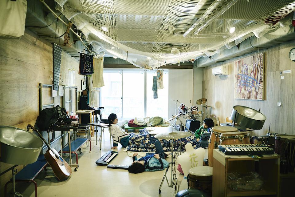 (写真について)2Fの音楽スタジオ。爆音セッションが始まることもあるけど、この時間は利用者も職員もこたつでごろり。