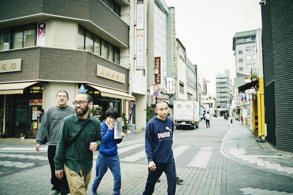(写真について)浜松の繁華街に拠点を構える〈たけし文化センター〉のお散歩タイム。積極的に街へとでていき、自分たちの存在を顕在化している。