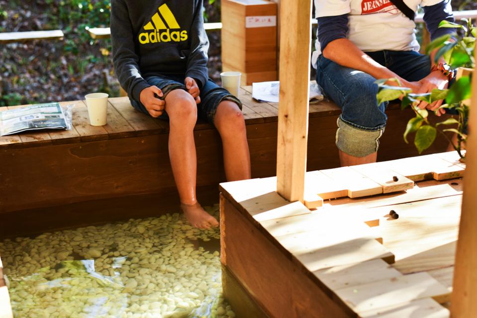 (写真について)今回のフェスタでは足湯が登場。フェスタにやって来た人たちは足を温めのんびりとした時間を過ごした。