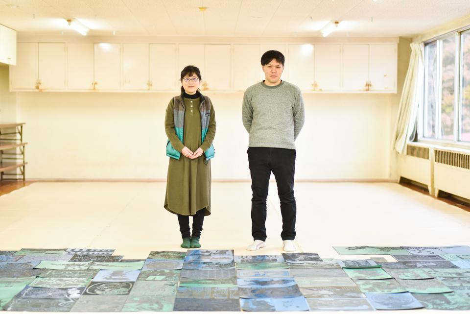 (写真について)左が渡邊さん、右が上原さん。袋田病院で彫られたゴム版画の前で。