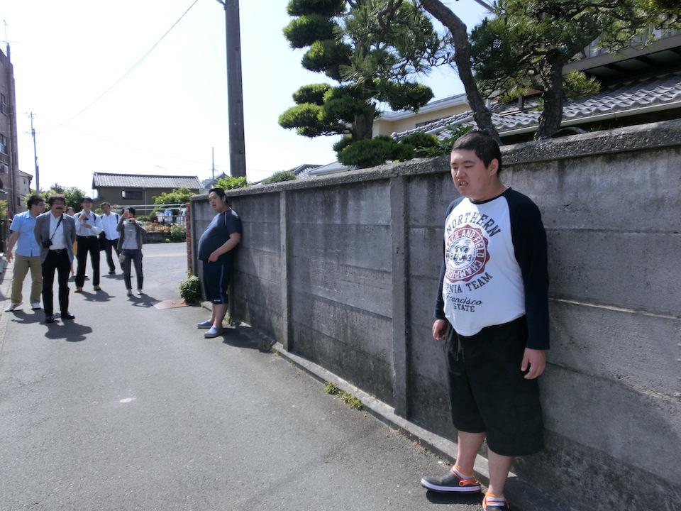 (写真について)ゆっくりと時間をかけて散歩をする太田燎さん(写真奥)と一緒に町を歩くりょうさんぽ。