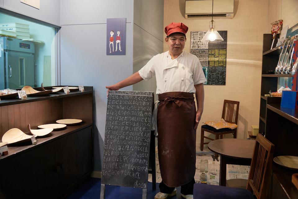 (写真について)施設内のパン屋「ポンピ堂」で働く利用者の伊藤勇二さん。(2020年4月以降、新型コロナウィルスの感染拡大防止のため、当面の間休業中)