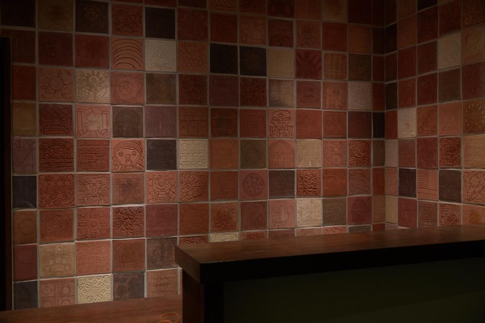 (写真について)「アムアの森」の壁や床には、「土の工房」で制作したタイルが使用されている。